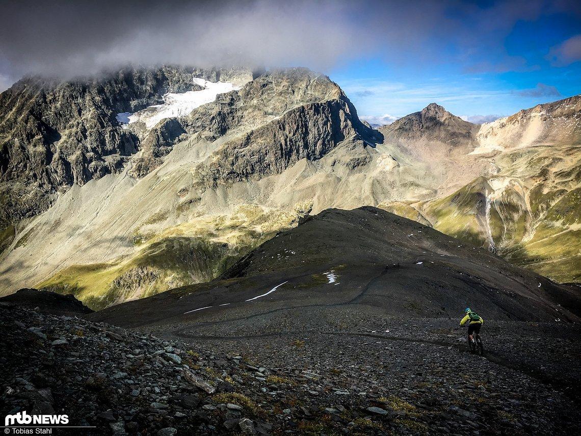 Sahne-Trail in der schiefrigen Flanke des Piz Nair