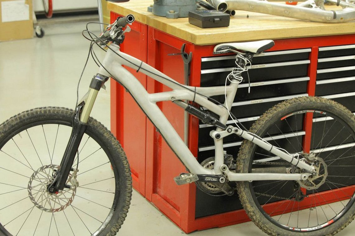 Specialized Testbike mit Datalogger am Hinterbau