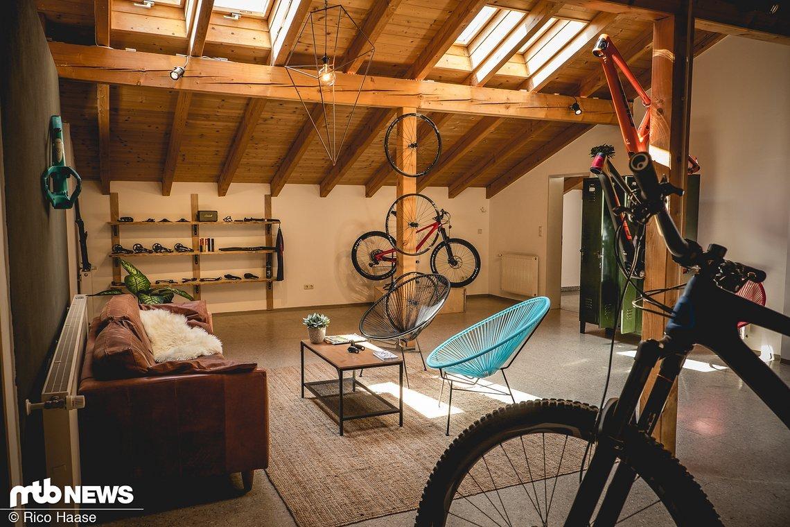 Mit Sofa und gemütlicher Einrichtung lädt der neue Showroom zum Entspannen und Bestaunen ein