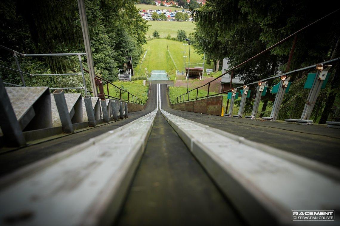 Eine alte Skisprungschanze befindet sich abseites der Strecke.