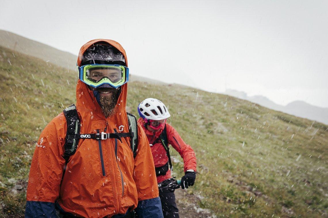 Ben Wurmser und Tina Gerber am Start der ersten Etappe: Schnee und Hagel erfreuen die Gemüter