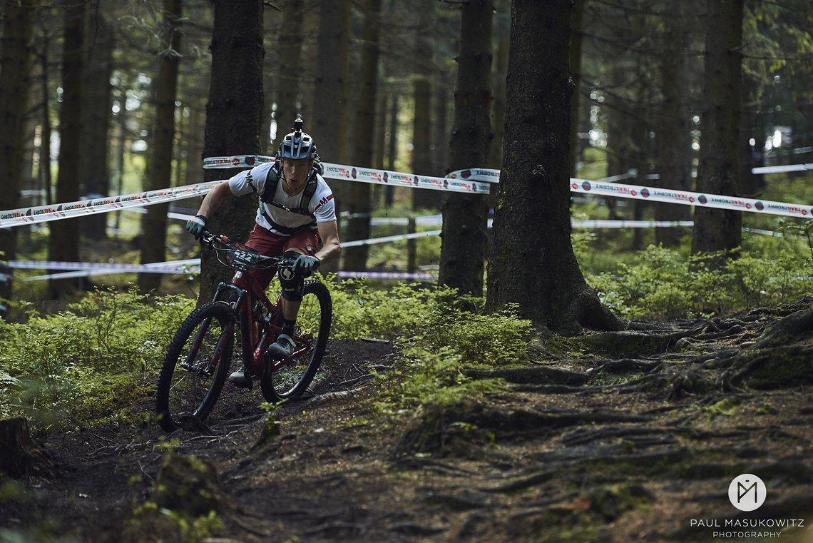 Gesamtsieger Jasper Jauch konzentriert auf dem Trail unterwegs