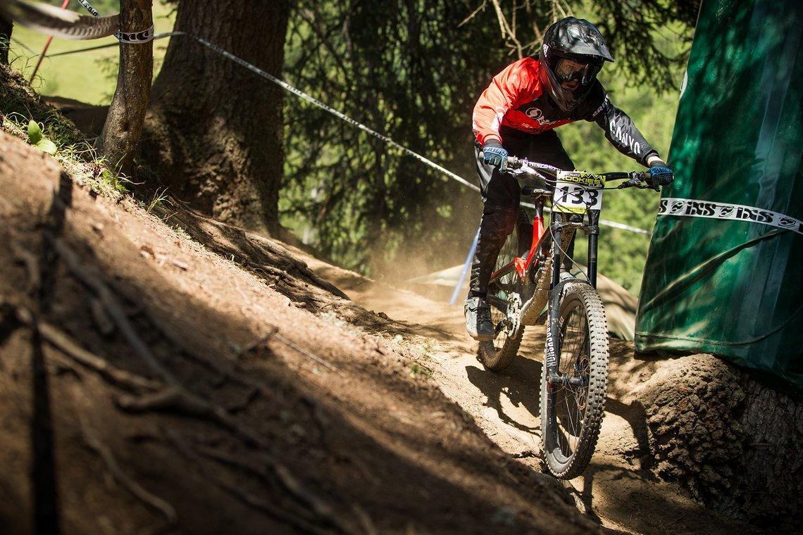 Luis jagt sein Sender über die Downhill-Strecke in Serfaus-Fiss-Ladis