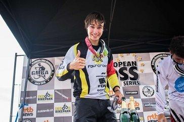 Benedikt ist sichtlich stolz auf seinen ersten Sieg in der European 4Cross Series in dieser Saison