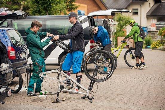 Vater und Sohn präparieren ihre Bikes für den wilden Ritt um das Weisshorn