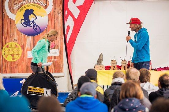 Holger lässt Karen auf der Bühne Reifentaschenhüpfen