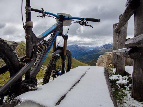 Neuschnee säumt die Trails, das hatten wir uns irgendwie anders vorgestellt Mitte August im Engadin