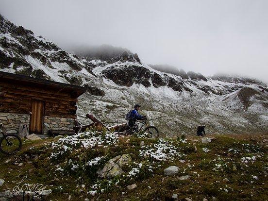 Kurzer Zwischenstop bei Chamanna Saluver, danach geht es weiter bergan. Obwohl nur wenige Höhenmeter zu überwinden sind tun Schnee, Kälte und Höhe ihr Nötigstes, um uns gut zuzusetzen