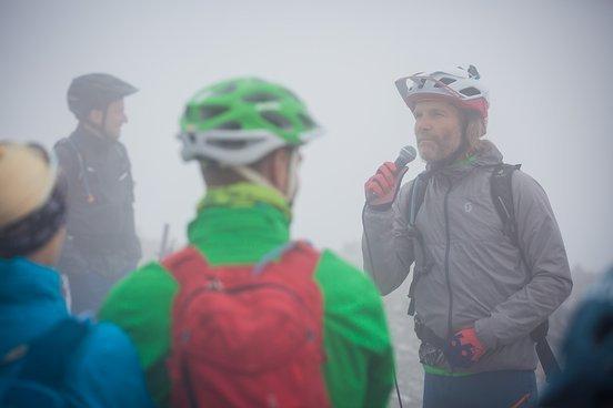 Holger Meyer erklärt die Regeln der ersten Ausgabe der Hörnli Trailjagd