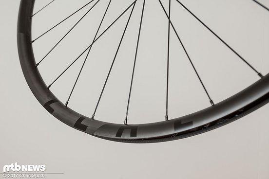 Mit seinem matt-schwarzen Carbon-Look und den leicht eingearbeiteten Schriftzügen wirkt der Laufradsatz sehr hochwertig