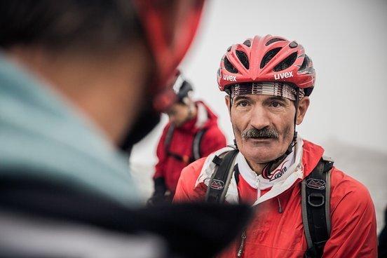 Trailbauer Andi ist in Arosa dafür verantwortlich, dass wir auf spannenden Naturwegen unseren Spaß haben