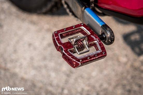 Statt auf leichten Enduro-Pedalen steht Ines lieber auf größeren Crankbrothers Mallet DH-Klickpedalen.