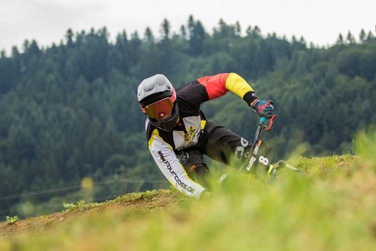 Der Bronzemedaillen Gewinner der WM 2015, Benedikt Last, flitzt durch eine der vielen Kurven